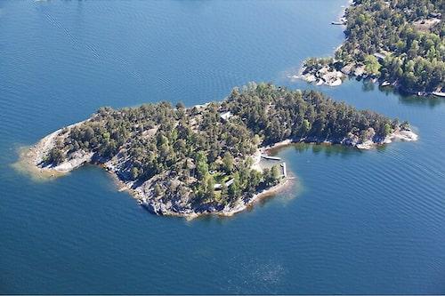 Ön Ålfiskarholmen 1 ligger mellan Kanholmsfjärden och Nämdöfjärden öster om Stockholm city.