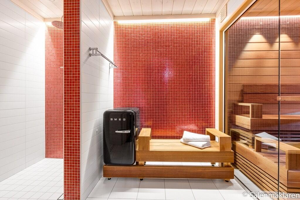 Basturelax på bottenvåning. Klinkersgolv och väggar av röd mosaik.