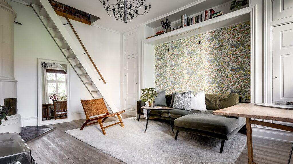 Vardagsrummet med trappa upp till sovrummet på andra våningen.