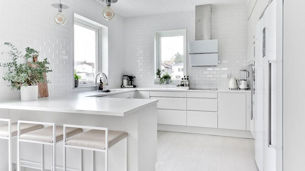 Köket i vitt.