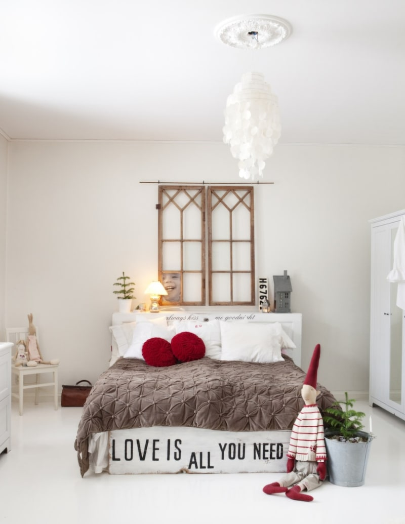 Sovrummet Johanna inreder gärna med ord, just dessa finns på sänggaveln. Andra citat finns uppsatta på väggar lite här och var, positiva budskap som påminner om att ta det lugnt och njuta av dagen.