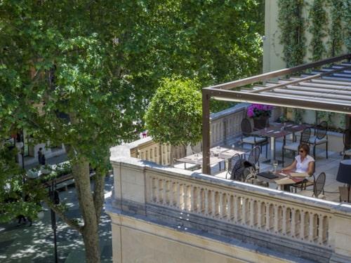 Man sitter fantastiskt bra ute på en av deras terrasser.