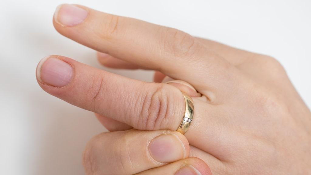 Passar inte ringen från en dag till en annan? Det kan bero på att du samlar på dig vätska i fingrarna.
