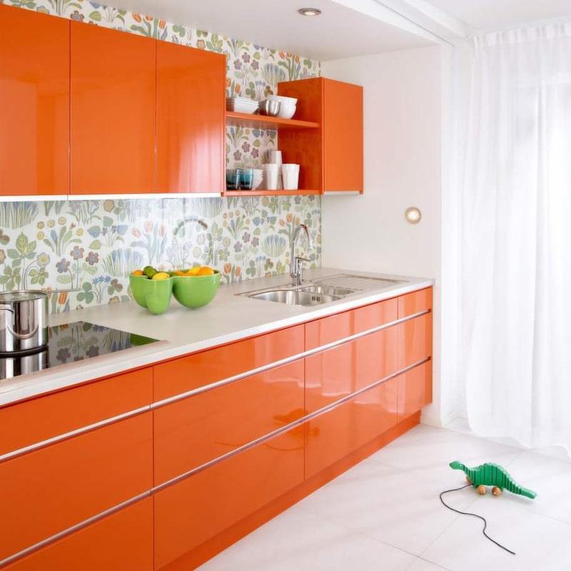 10 Trolla med färg<br>Genom att måla väggen bakom stänkskyddet i samma färg som luckorna kan du få en spännande effekt. Tapet kan också bli fint i köket. Använder du ett stänkskydd i glas kan du tapetsera bakom det. Kök Line från Ballingslöv.