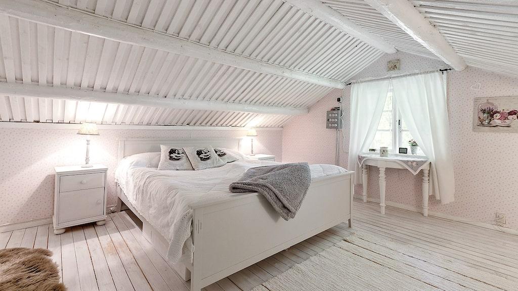 Ett av husets två sovrum.