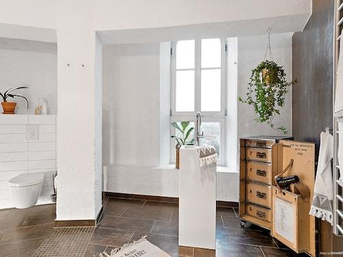 I det helkaklade badrummet kan du se på den fantastiska utsikten när du står och tvättar händerna vid handfatet.