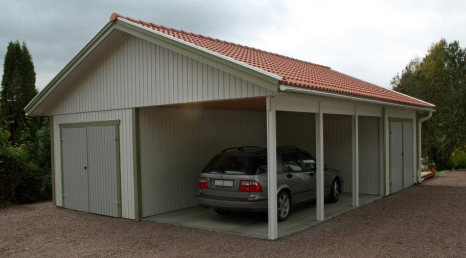<strong>Öppen carport</strong><br>Ett bra alternativ till garage är en öppen carport där vissa väggar har ersatts av balkar och stolpar. Carportar kan kombineras med garage eller förråd, möjligheterna är stora. Pris för den här modellen ligger på cirka 60 000 kronor.<br>Info: lundqvisttravaru.se