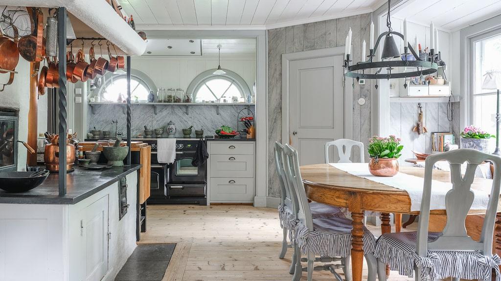 Köket är renoverat i lantlig stil.