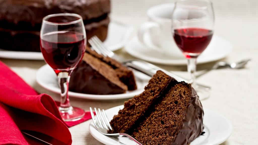 Det gäller att välja ett vin som matchar den starka chokladsmaken.