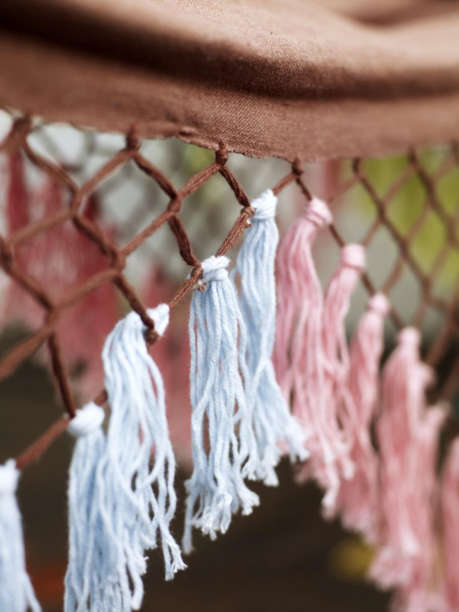 Fransar<br>Textilfärg Bordeaux från Herdins, finns hos välsorterad färgaffärer. Bomullsgarn, 39 kronor, Panduro hobby.