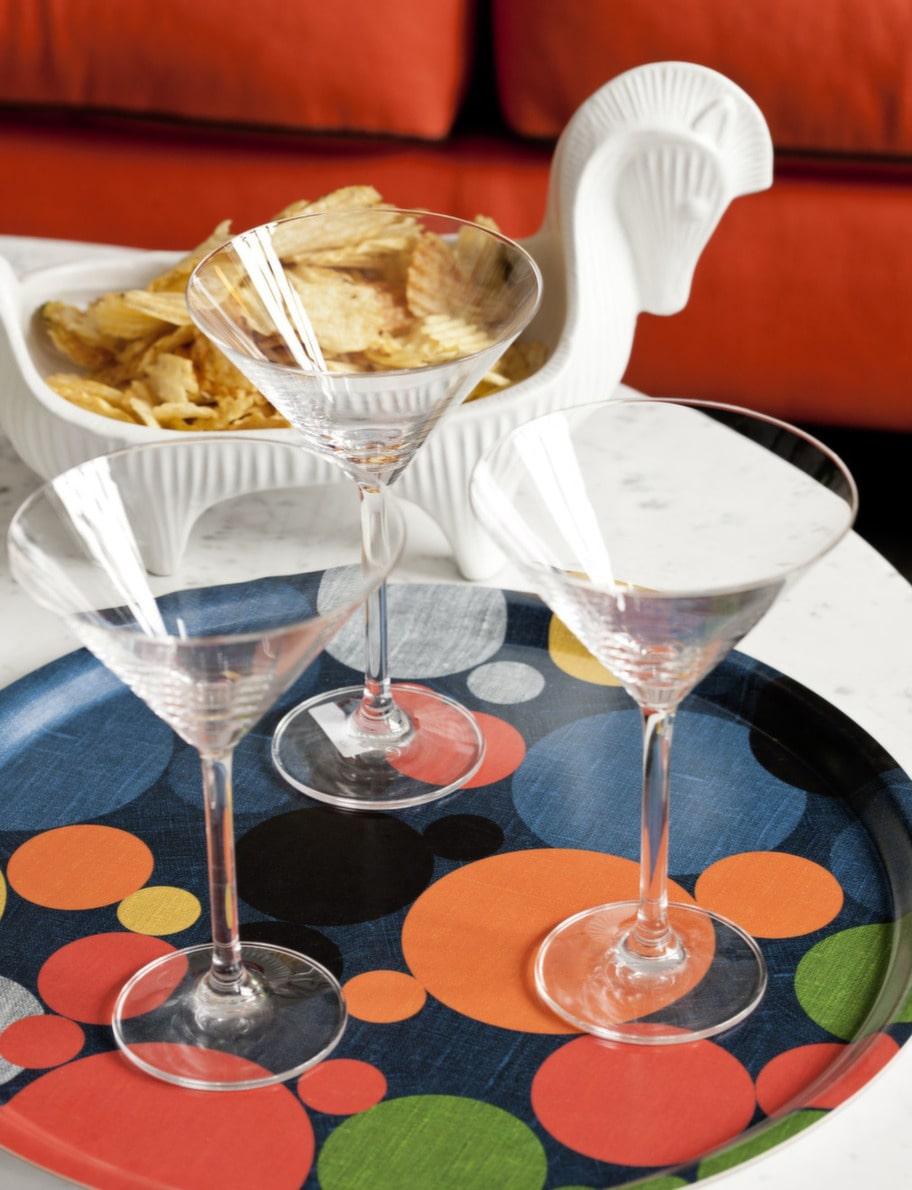 <strong>Färgstark. </strong><br>Cocktailglas, 235 kronor, Room. Bricka, 355 kronor, Jascha Loves Designista. Jonathan Adlers keramik, 1 799 kronor, Room.