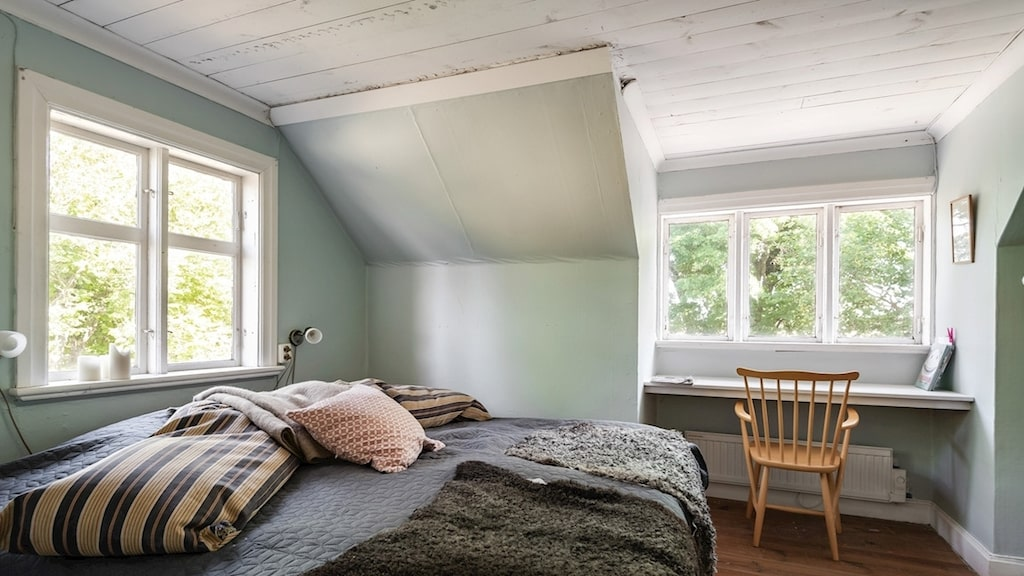 Det stora sovrummet som även har en kakelugn.