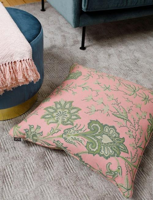 Sammetspuff, 2 995 kronor, rosa pläd, 749 kronor, Jakobsdals textil. Kudde, 2 100 kronor, House of Hackney.
