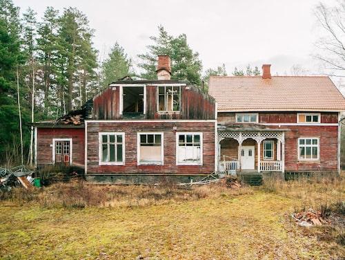 Det är i den högra delen (100 kvadrat) som säljaren påbörjat sin renovering. Allt som allt är huset på 350 kvadratmeter.
