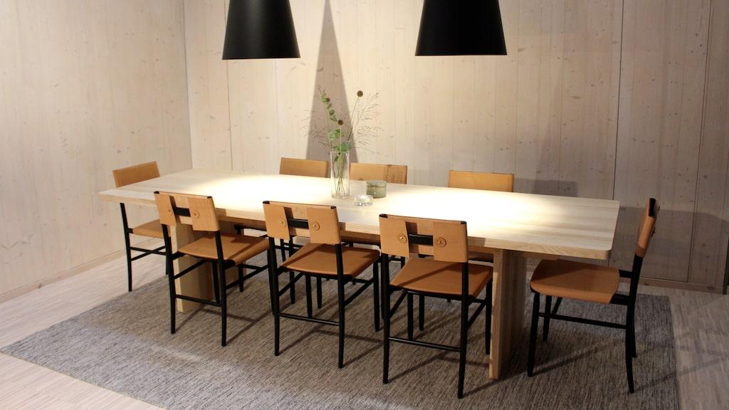 ...ett långbord med plats för åtta personer...