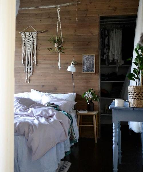 I sovrummet har Linnéa satt upp en panelvägg med öppningar i båda sidor som leder till en walk-in closet.