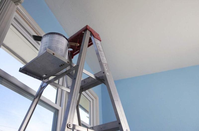 Hela rummet kan bli uppfräschat bara genom att måla om taket.