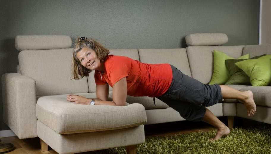 PT Annika Palmqvist visar plankan. Kroppen ska vara rak, se upp för att svanka - ingen hängbro. Och var noga med att titta ner så att du inte får problem med nacken. Den enkla varianten gör du i soffan, den tyngre på golvet. Lyft ena benet för tyngre övning.