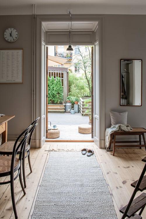 Väggspegeln är ett auktionsfynd. Sittbänk och kudde, H&M Home. Pläd, Malene Birger.