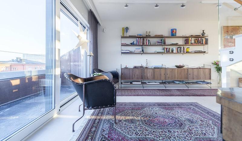 Bibliotek eller sovrum med eget badrum.