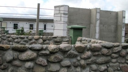 VÄGRADE RIVA. Regeringsrätten dömde Tore Götmark till att riva sin stenmur - men han byggde en fyra meter hög betongmur istället och kallar den friggebod.