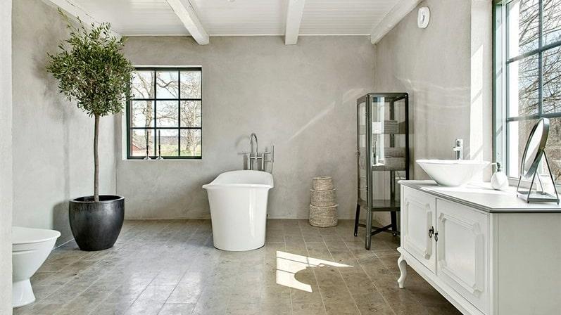 Enormt badrum med kalkstensgolv.