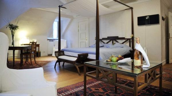 Mäster Johan har stora luftiga rum med sköna trägolv.