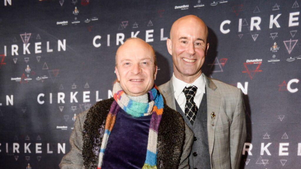 """Nyligen skrev han på Twitter:"""" Björn Söder jämställde homos med såna som sex med djur. Hajar inte vad han menar. Här är en bild på Mark förresten.""""  Till den posten la han ut en bild på sin make Mark Levengood, 51, där han bär vita fjädrar på huvudet och en lösnäsa som föreställer en kanin med både tänder och näsa."""