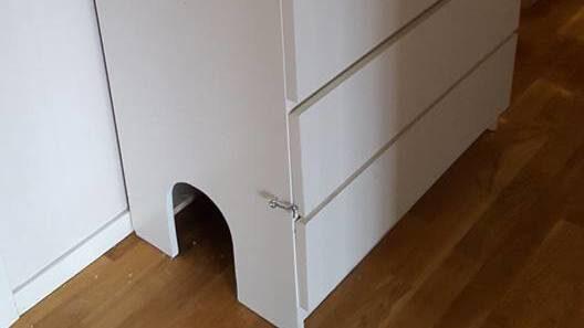 Nu behöver du aldrig mer se den fula kattlådan eller störas av dålig lukt. På kortänden av byrån har Sara sågar upp en ingång till katterna.