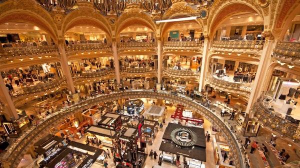 På Galeries Lafayette kan man shoppa och njuta av utsikten från den hösta våningen.