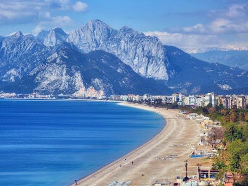 Den flera kilometer långa Konyaalti-stranden har klapperstenar så badskor är att rekommendera.