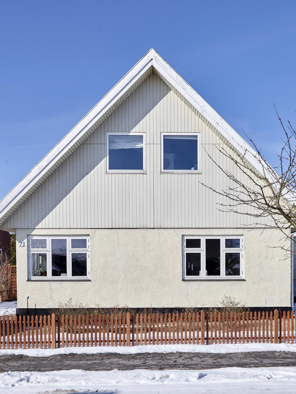 Fasaden ska så småningom renoveras och få ett helt annat uttryck med grå puts, mörk träpanel och nytt svart tak.