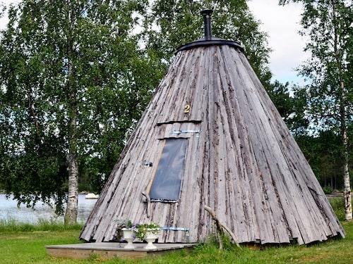 I Lappland kan man värma sig framför vedkaminen i lappkåtor.