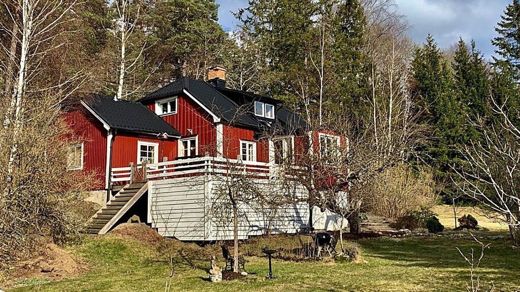 Den röda villan i Norra Sorunda är till salu för 2 795 000 kronor – men budgivningen är redan igång.