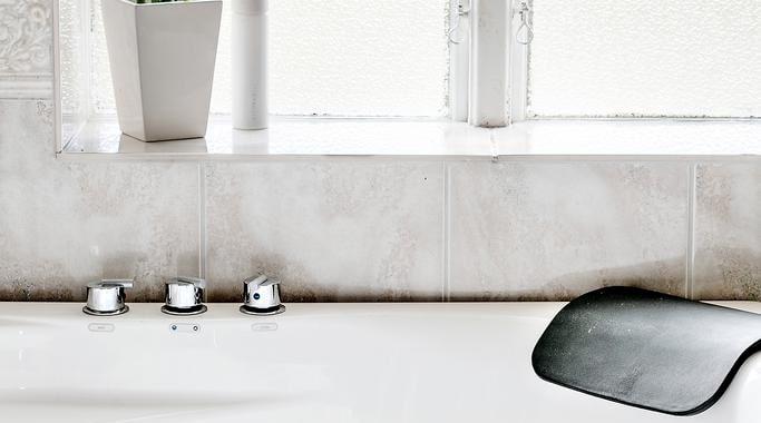 Badrummet är modernt och har bland annat jacuzzi.