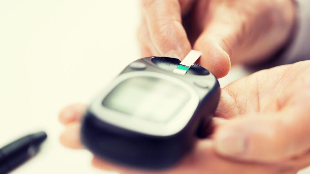 I dag måste de som lever med diabetes själva justera mängden insulin de ska ta. Ett sätt är att testa blodsockret med ett enkelt stick i fingret.