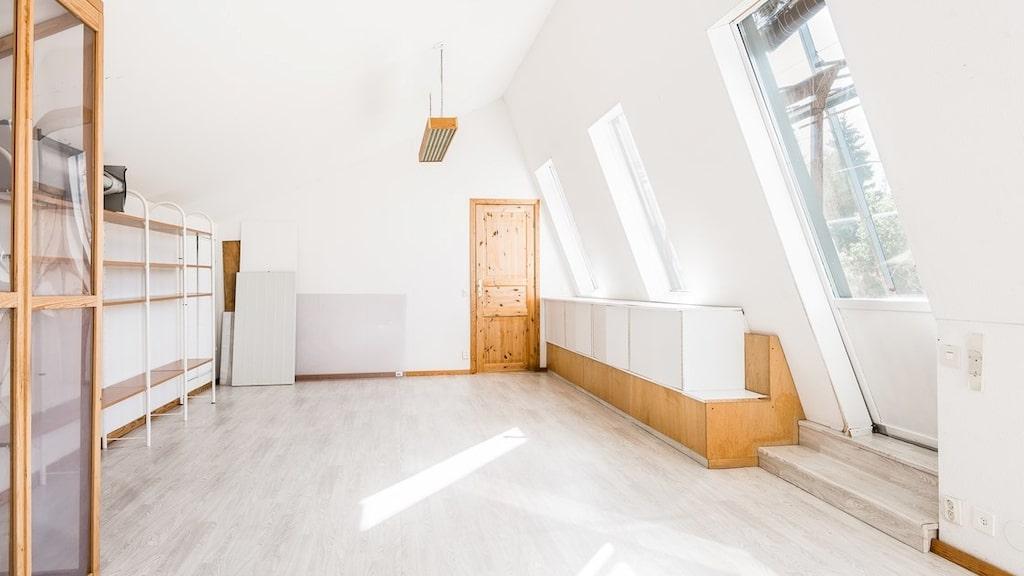 Ljust och fint allrum på övervåningen, med utgång till det inglasade uterummet.