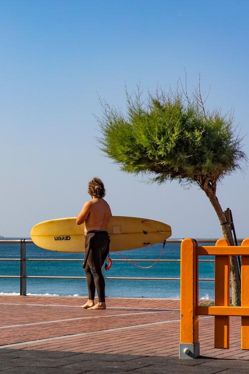 Surfare på Paseo de Las Canteras vid surfstranden La Cícer.