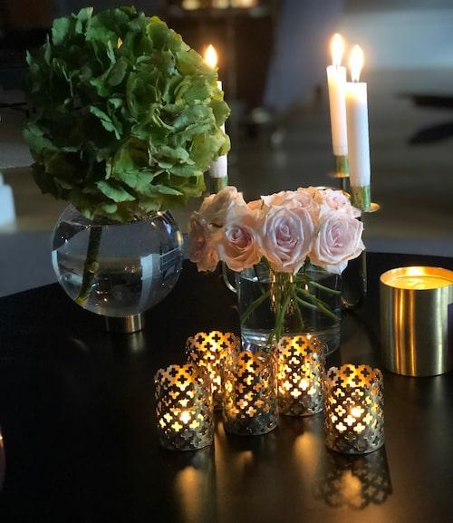 Ljus och färska blommor är något som återkommer genom hemmet.