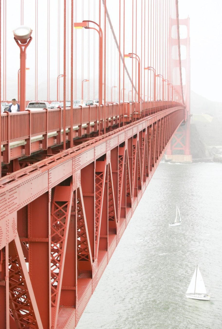 Turisterna närmar sig bron på alla sätt - till fots, på cykel - eller i segelbåt.