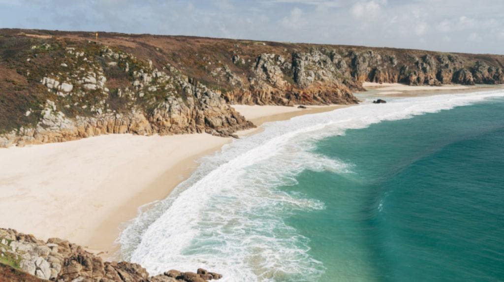 <p>Turkost vatten och kritvit strand. Jepp, det är England.</p>
