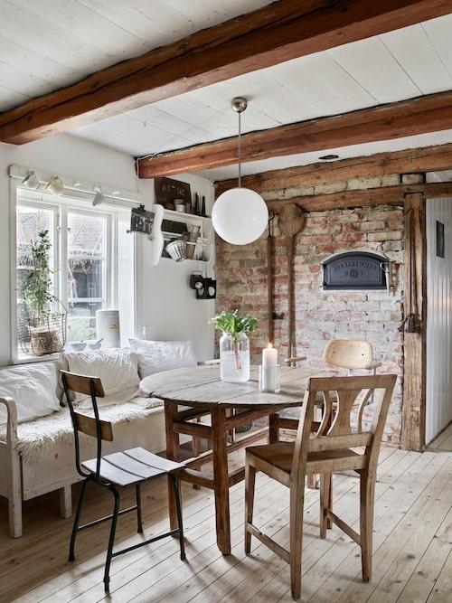 Lindha och Jimmy har knackat fram den gamla tegelväggen i köket i huset från 1700-talet. Här hittade de också resterna av en bakugn och satte därför in en ny lucka. Allt porslin är inköpt på loppis, second hand och nätauktion. Apoteksburkarna är Lindhas favoriter.