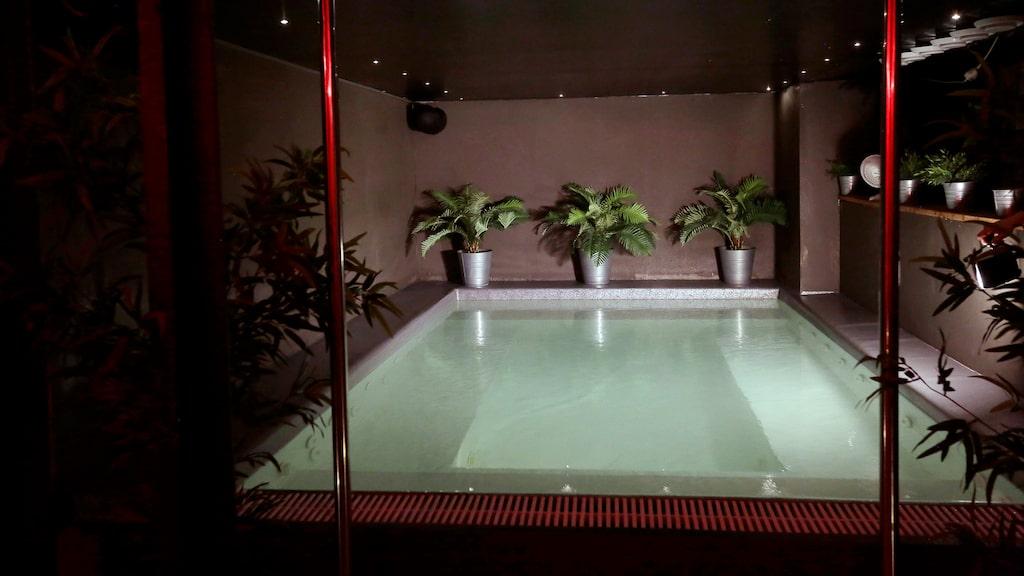 Klubben bjuder på nio lekrum, med olika stämningar, stilar och redskap. Kläder på eller av? Välj själv. I poolen är klädkoden naket.