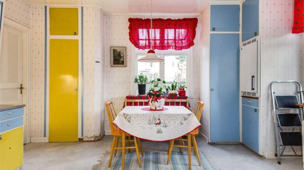 Huset har två kök – här är det ena.