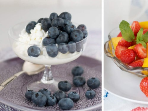 Blåbärskeso, fruktsallad och skinkrullar.