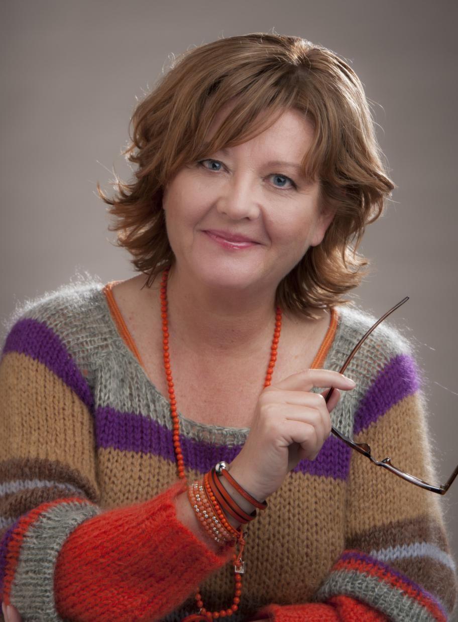 """EFTER.<br>Susanne, 54: """"Resultatet överträffar alla mina förväntningar""""<br>Susanne var tidigare rödlätt och hade slingor i sitt gråa hår - det gjorde att hon såg äldre och färglös ut. Åren backades genom att håret färgades i en pigg röd nyans som lyfter fram hennes karaktär bättre.<br>Håret klipptes i en frisyr som tar fram hennes självfall. Den är tuff och sportig med en snedklippt lugg som gör helhetsintrycket mer intressant."""