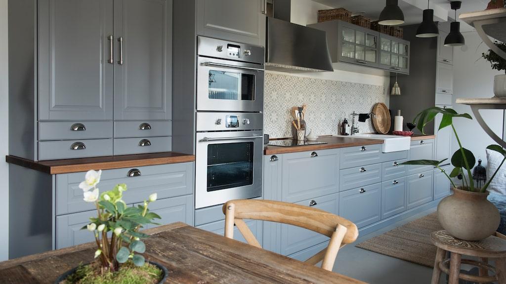 Köket var bland det första som renoverades. Nu är det ett grått kök från Ikea med kakel från Marrakech design. Golvet är av betong.