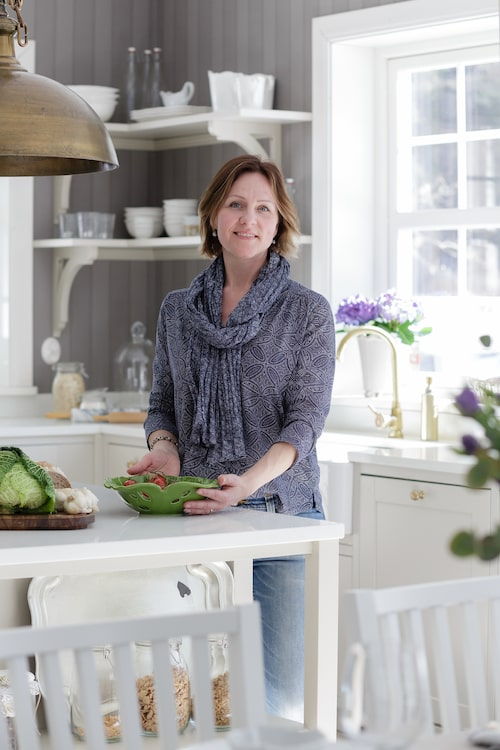 Kökets hjärta är köksön som Pernilla ritat och som byggts av en lokal snickare. Alla bänkskivor är av komposit Silence Stone.