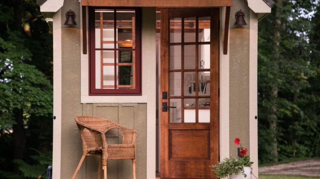 Till stugans entré finns en gullig liten veranda.