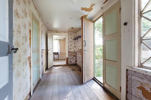 Hallen i det vita huset vittnar om att en del renovering behövs.